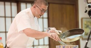 Demostración de cocina del chef Takehiro Ohno, en la residencia de la embajadora de Japón.